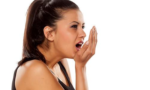 como acabar com mau hálito na boca