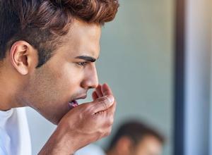 Conheça as principais causas de mau hálito