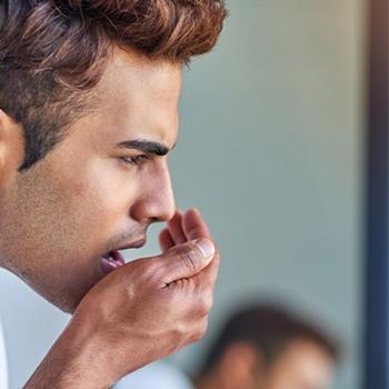 causas de mau hálito